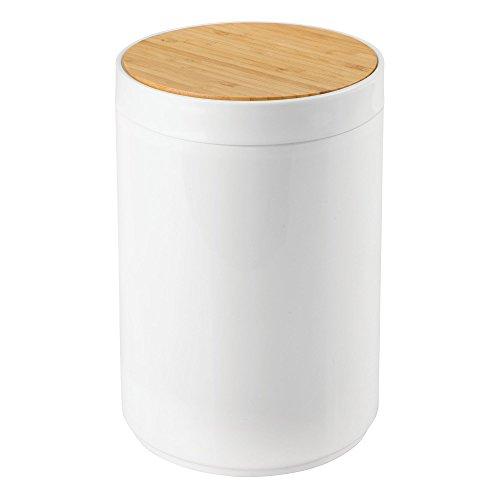 mDesign praktischer Mülleimer Küche - moderner Abfalleimer aus Bambus und Kunststoff für Bad, Büro und Küche - stabiler Papierkorb mit Deckel - bambusfarben und weiß