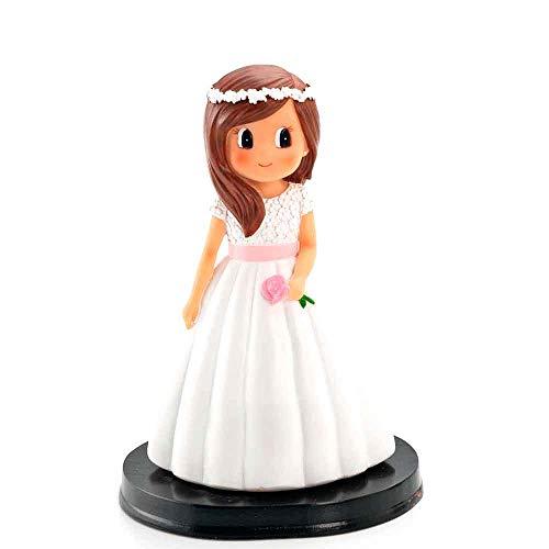 Figura para tarta de Primera Comunión de una niña con flor en la mano, vestido blanco con fajín en rosa. Una muñeca para la tarta de la Comunión de una niña.