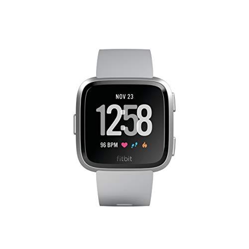 Fitbit Versa, Gesundheits & Fitness Smartwatch mit Herzfrequenzmessung, 4+ Tage Akkulaufzeit & Wasserabweisend bis 50 m Tiefe, Grau