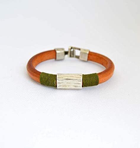 Bracciale marrone e verde en cuoio per uomini hippie. Regalo di gioielli fatti a mano per lui, gioielli moderni e casual