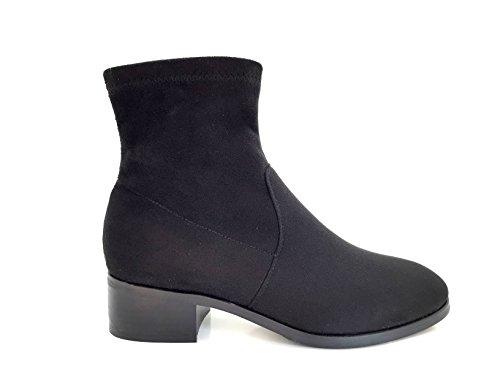 CHIC NANA . Chaussure femme bottine à talon, effet suédine, dotée d'un bout rond et d'un petit talon large.