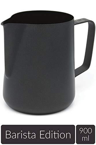 Lambda Coffee Milchkännchen für Barista Zubehör Teflon beschichtet schwarz, Milchschaumkännchen groß aus Edelstahl zum Milch aufschäumen und Latté Art, Milchkanne und Milk Pitcher 900 ml