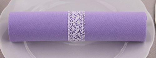 100 Stück Servietten FLIEDER gerollt mit Spitze WEISS 40 x 40 cm stoffähnlich Lavendel Hochzeit Taufe Event Dekoration Servietten fertig dekoriert mit Spitzenband von FINEMARK