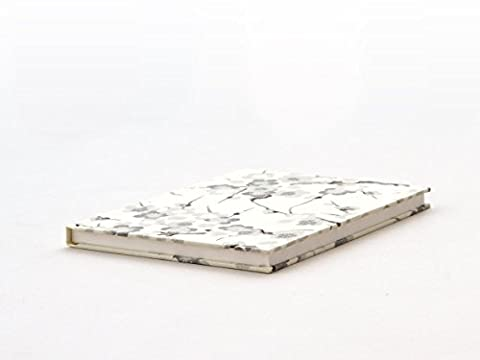 Notizbuch klein, 11,3 x 15 cm (ca. DIN A6) aus japanischem Chiyogami und hochwertigem Rivoli. Innenteil: 96 Seiten, 48 Blatt, sehr hochwertiges Schreibpapier, auch für Füller und Feder bestens geeignet.