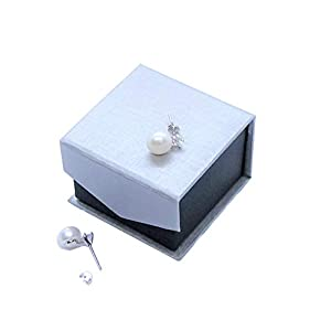 orecchini molto graziosi con vere perle di acqua dolce. Colore delle perle bianco, diametro 9-10 mm, con un elegante zircone scintillante come un brillante.