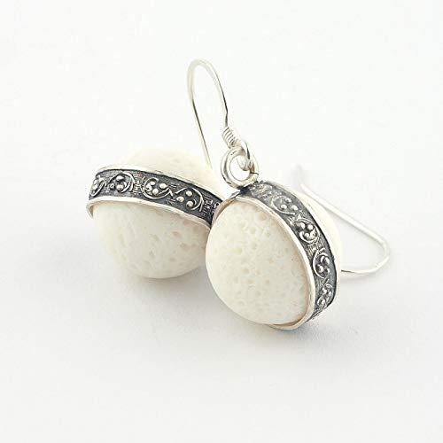 Kurze Ohrringe aus weißer Koralle in 925er Silber mit Boho Blumenmotiv gefasst für Partys und Sommerhochzeiten 34 mm (1 3/8 Zoll) lang
