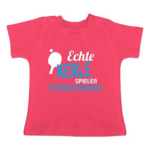 Sport Baby - Echte Kerle Spielen Tischtennis - 12-18 Monate - Fuchsia - BZ02 - Baby T-Shirt Kurzarm
