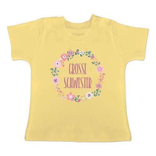 Geschwisterliebe Baby - Große Schwester Blumen - 18-24 Monate - Hellgelb - BZ02 - Baby T-Shirt Kurzarm -
