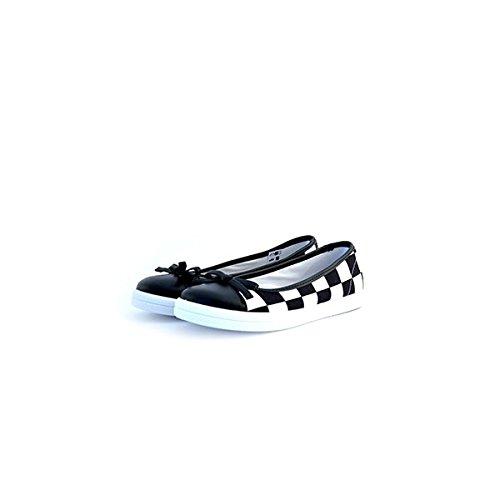 Ballerine Love Moschino in tessuto, particolare stampa a scacchi bianco-neri, punta in pelle nera, fiocchetto sulla tomaia e fondo in gomma con logo.