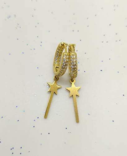 Orecchini cerchio con zirconi realizzati a mano di colore oro e ciondolo bacchetta magica oro.