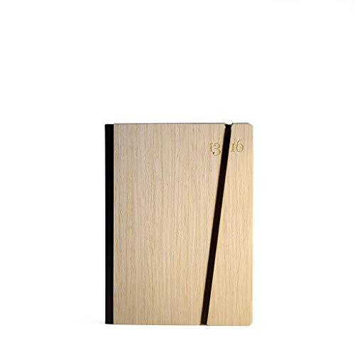 Notizbuch, handgebunden in Italien. 13sedicesimi. Steifer Einband aus Holz, Farbe Eschen. Verschluss mit Gummiband. Taschenbuchgröße A6, 11x15 cm. 201 nummerierte Seiten und Index.