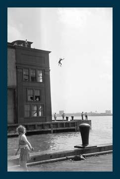 boy-jumping-de-ruth-orkin-cadre-en-bois-bleu-120-x-180cm