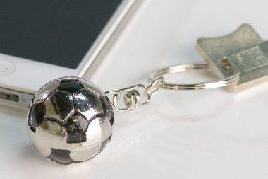 Metall Damen-fußball (Schlüsselanhänger Fußball aus Metall · silber/schwarz in schwarzer Geschenkbox Länge 9 cm)