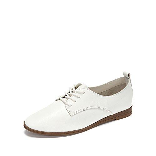 Les Femmes Portent Des Chaussures Décontractées Avec Des Semelles Plates, Des Chaussures En Cuir Oxford B