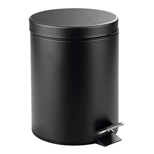 mDesign Cubo de Basura con Pedal - Contenedor de residuos de Metal de 5 litros con Tapa y Cubo plástico extraíble cosméticos o como Papelera de baño, Cocina u Oficina - Negro