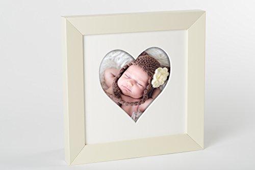 Cremefarbener Bilderrahmen aus Holz mit Passepartout in Herzform für Fotos im Format 20x20 cm als Geschenkidee für Weihnachten, Valentinstag, Geburtstag, Hochzeit, Geburt, Muttertag und Vatertag