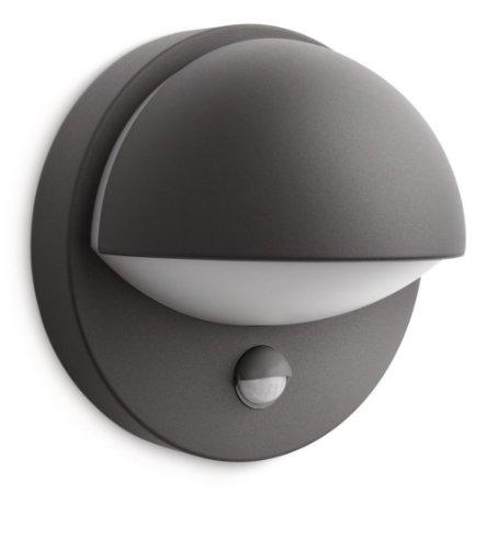 Aporta un estilo moderno a tu jardín. Este aplique antracita myGarden de Philips con sensor de movimiento llama la atención por su forma estilizada. Emite una luz blanca cálida de bajo consumo y te ofrece una cálida bienvenida cada vez que llegas a c...