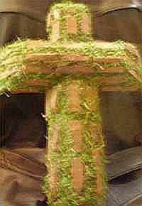 Rustikale Terrasse (Holzkreuz mit Moos (ca. 45x23cm) für Grab, Gartenhaus, Balkon, Terrasse - Holzkreuz natur, mit Moos verziert, als Wandschmuck (rustikal), als wetterfeste Zierde für Gräber und andere Anlässe, wo es auf Witterungsbeständigkeit ankommt. Für Einzelpersonen als auch Blumengeschäfte, Friedhofsgärtnereien ua.)