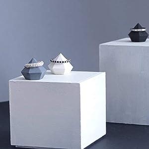 Atelier Ideco – Drei Tür Klingelt Beton Geformten Diamanten, Stützen Wissen Grau Und Schwarze Ringe, Anzeige Für Schmuckdesigner