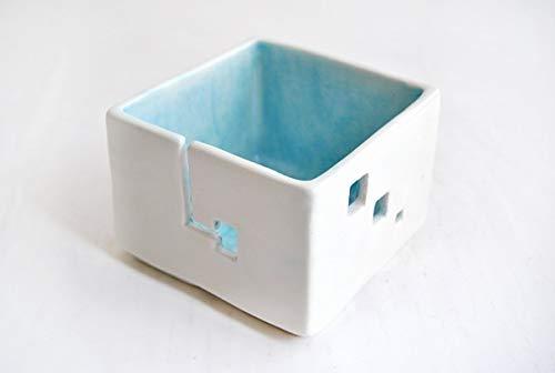 Cuenco para los Ovillos o Cuenco Lanero con Diseño Geométrico en Forma de Cubo y Decorado con Tonos Azules en el Interior. Con enganche para la lana y Agujeros para Colocar las Agujas
