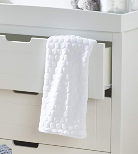 White Teddy Wash Day Moses Basket, Deluxe Rocking Stand and Honeycomb Blanket Bundle Deal Elegant Baby Stylish Elegant Baby Exclusive moses basket Opulent cotton blend fabric with a luxurious soft padded surround Baby Essentials Bundle containing hooded towel, fleece blanket and cellular blanket 2