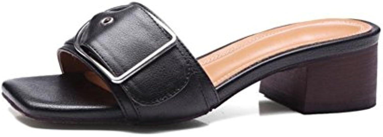 Las sandalias de las mujeres y un cinturón de hebilla en forma de sandalias casuales de punta abierta con zapatos...