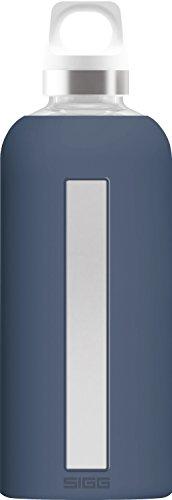 SIGG Star Midnight, Glas-Trinkflasche mit Silikonhülle, 0.5 L, Hitzebeständig, BPA Frei, dunkel blau