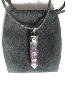pendentif-pointe-fluorite-cordon-noir-pochette-noire-pendentif-fluorite-pierre-naturelle-pierre-de-r