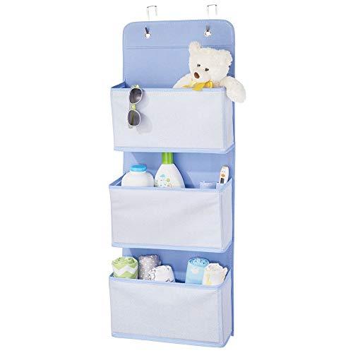 mDesign Schrank-Organizer ohne Bohren - Hängeorganizer im Fischgrätmuster mit 3 großen Fächern - Mehrzweckschrank mit Haken zum über die Tür Hängen - ideal für das Kinderzimmer - blau und weiß -