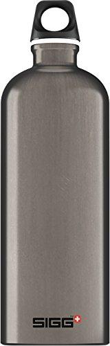 SIGG Traveller Smoked Pearl, Design Trinkflasche, 1 L, Aluminium, BPA Frei, Dunkel Grau
