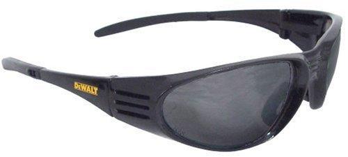 dewalt-dpg56b-2c-occhiali-da-sole-protettivi-con-lenti-fume-nere-e-montatura-avvolgente-con-sistema-