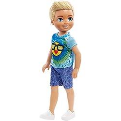 Barbie Famille mini-poupée Chelsea garçon avec tee-shirt tie-and-dye orné d'un soleil, jouet pour enfant, FRL83