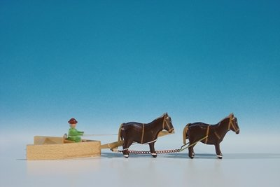 Gespannfahrzeuge Mini.- Gespann historischer Schneepflug, 4-spännig Länge ca 15 cm NEU Pferdegespann Holzfuhrwerk Erzgebirge Seiffen Erzgebirge