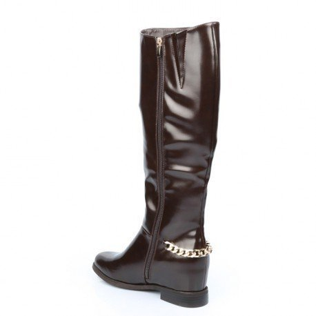 Ideal Shoes - Bottes vernies avec ceinturon type chaîne Leah Marron