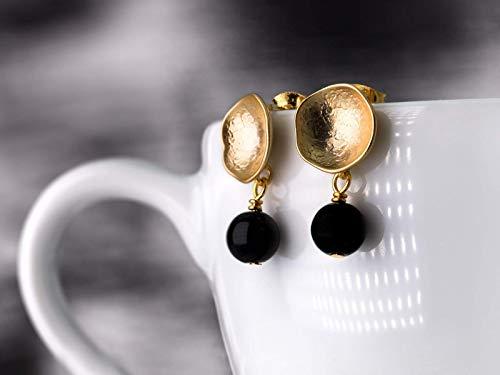 Moderne Ohrringe in Gold und Schwarz, schlichte Ohr-Stecker, matt-vergoldete Kelch-Ohrringe mit Onyx-Perlen, Geschenk für Sie