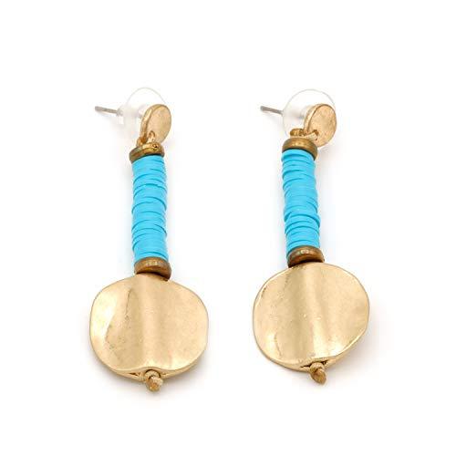DESCRIPCION: Pendiente largo compuesto de una pequeña pieza circular de metal dorado pegado a la oreja de la que cuelgan pequeñas arandelas de fimo de color y rematados con medalla de metal dorado. Cierre a presión de silicona.