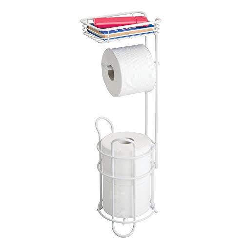 mDesign Portarrollos de papel higiénico con estante - Elegante dispensador de papel higiénico de metal - Porta rollos de pie con espacio para 3 rollos de papel higiénico - blanco mate