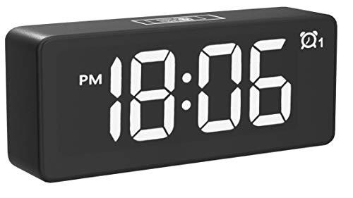 Réveil Numérique CHEREEKI, Horloges à Del de 4,6'avec Port de Charge USB, Réveil réveil 12 / 24h, luminosité réglable,25 musiques, Batterie de Secours pour la Chambre(Noir)