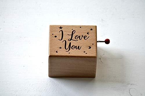 """Caja de música de madera grabada con """"I love you"""". Melodía: La vie en rose."""