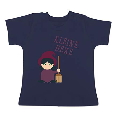 Anlässe Baby - Kleine Hexe süß - 1-3 Monate - Navy Blau - BZ02 - Baby T-Shirt Kurzarm (Halloween-hexe Zauber Sprüche)