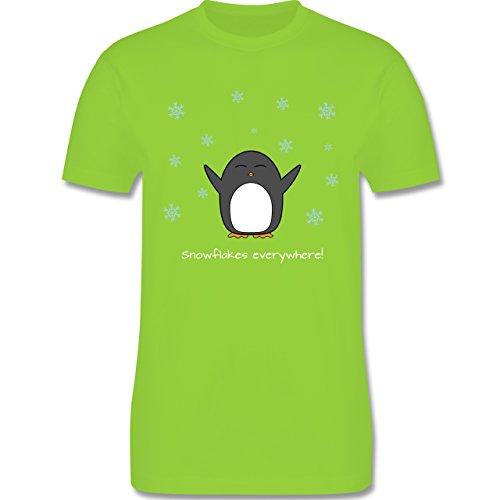Weihnachten - Snowflakes everywhere! - Pinguin - Winter - L190 - Premium Männer Herren T-Shirt mit Rundhalsausschnitt Hellgrün