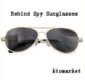 Estas gafas tienen el aspecto de gafas de sol normales.Pero tienen una singular característica, puedes ver detrás de ti.Las lentes de estas gafas espía tienen un revestimiento especial que te permiten mirar hacia el frente y ver lo que está sucediend...