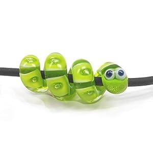 Anhänger, handgefertigt aus Glas, kleine Schlange, grün transparent gemustert mit 4 mm Lochdurchmesser