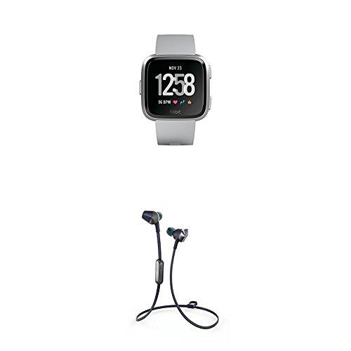 Fitbit Versa Health & Fitness Smartwatch, grau, One Size,  FB505SRGY-EU + Flyer Kabellose Kopfhörer, Nightfall Blue, Onesize