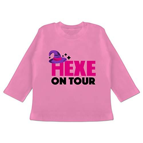 Halloween Baby - Hexe on Tour - schwarz/Fuchsia - 18-24 Monate - Pink - BZ11 - Baby T-Shirt (Halloween Team Kostüm)