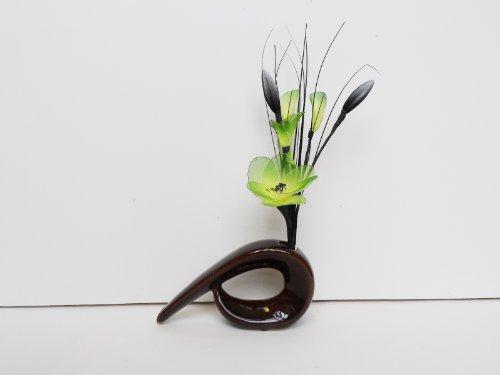 Verde gossamer nylon composizione in un vaso di coma–fiori artificiali marrone
