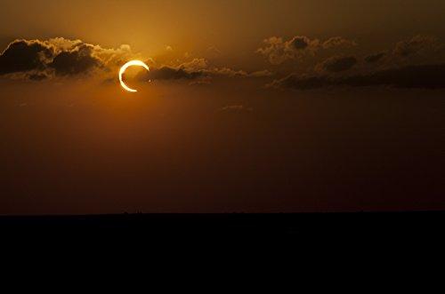 Phillip Jones/Stocktrek Images – Annular Solar Eclipse Poster Drucken (87,38 x 57,91 cm) Solar Eclipse-poster