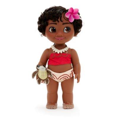 Moana Kleinkind Puppe kommt mit einem Soft-Toy-Sidekick, einem wunderschönen Outfit und sandigen Zehen