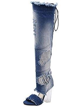 Las sandalias del vaquero atan para arriba encajonando el talón grueso transparente del tacón alto del tacón del...