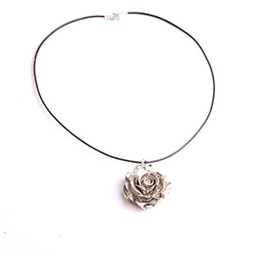 pendentif-fleur-ras-de-cou-cordon-cuir-noir-une-rose-ouverte-collier-collection-bijou-artisanat-dart